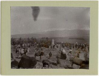 Fotografie Begräbnis eines prot. Arab. Pastors in Gedidi im Hintergrund Hermon