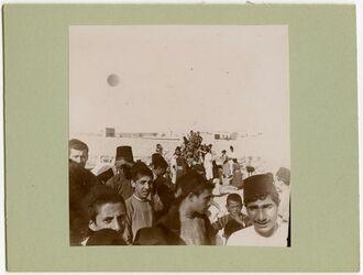 Fotografie Austeilen v. Gaben a. d. armenischen Friedhof Aleppo