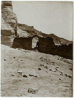 Fotografie qasr ez-zuwera [mizpe zohar] Der untere Teil der Burgruine mit dem spitzbogigen Tor in dem ich stehe. Nach einem Negativ Zickermanns zugestellt