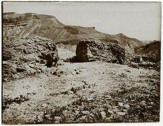 Fotografie Sperrmauer oberhalb der Steige von ez-zuwera [mizpe zohar] et-tahta. Blick nach Osten. Das Kalkgebirge senkt sich in Errosionsstaffeln zum Toten Meer. Nach einem Negativ Zickermanns zugestellt