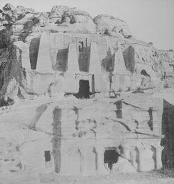 GDIs00094; Stereofotografie; Tomb with Obelisks. [Petra, Grab mit Obelisken], aus 153 Stereoskopbildern mit wohl dazugehörigem Stereoskop