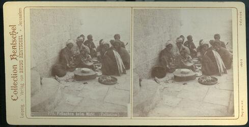 Stereofotografie Fellachen beim Mahl. (Palästina.)