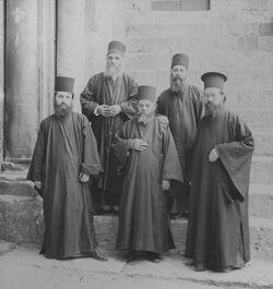 GDIs00153; Stereofotografie; Greek Monks. [Griechische Mönche], aus 153 Stereoskopbildern mit wohl dazugehörigem Stereoskop