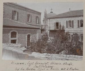 Fotoalbum Museum, Engl. Konsulat, Abessin. Kirche, Institutshaus [Jerusalem, Palästinainstitut]. Auf dem Balkon Ejjub u. Mustas mit 2 Kindern.