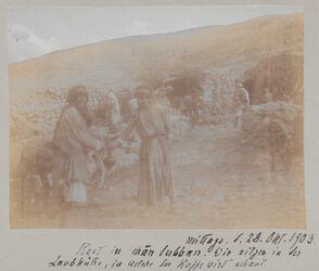 Fotoalbum mittags. d. 28. Okt. 1903. Rast in chan lubban [Khan al Lubban]. Wir sitzen in der Laubhütte, in welche der Kaffewirt schaut.