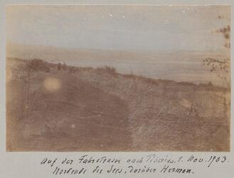 Fotoalbum Auf der Fahrstrasse nach Tiberias. 1. Nov. 1903. Nordende des Sees, darüber Hermon.