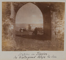 Fotoalbum Stadttor von Tiberias. Im Hintergrund Ostufer des Sees.