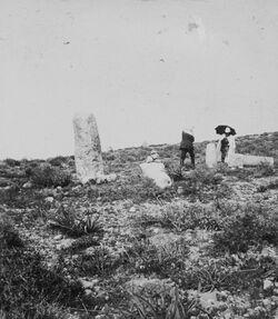 GDIs01136; Fotoalbum; Römische Meilensteine am tell el-metaba'. Oehler. Dalman. 15. März 1904., Album Gustaf Dalman, 1903-05, Blatt 11 Vorderseite (GDIs01133) oben links