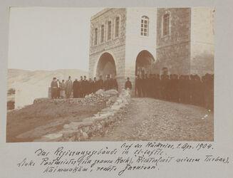 Fotoalbum Auf der Rückreise, 1. April 1904. Das Regierungsgebäude in et-tafile. Links Postmeister (im grauen Rock), Richter (mit weis-sem Turban), Kaimmakam, rechts Garnison.