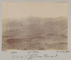 Fotoalbum el-kren nebi harun el chubta [?] Blick auf die Gegend von Petra von O. 24. März 1904.