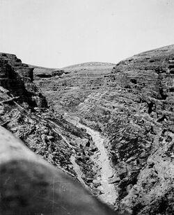 GDIs01216; Fotoalbum; unterhalb marsaba, Album Gustaf Dalman, 1903-05, Blatt 24 Vorderseite (GDIs01212) unten Mitte