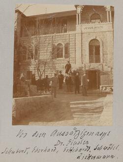 Fotoalbum Vor dem Aussätzigenasyl Dr. Einsler Schubens, Eberhard, Eckardt, Schwöbel, Zickermann.