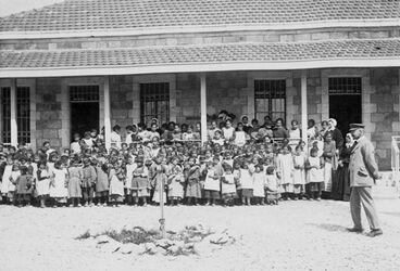 GDIs01246; Fotoalbum; Talitha Kumi (Schulhaus). Eberhard [Jerusalem], Album Gustaf Dalman, 1903-05, Blatt 28 Vorderseite (GDIs01242) oben Mitte