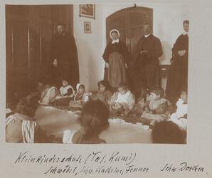Fotoalbum Kleinkinderschule (Tal. [Talitha] Kumi). Schwöbel, Schw. Kathrine, Fenner Schw. Dorchen. [Jerusalem]