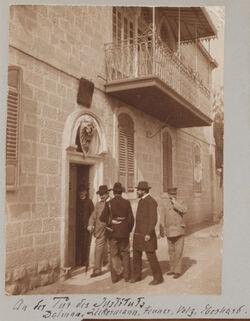 Fotoalbum An der Tür des Instituts [Jerusalem, Palästinainstitut] Dalman, Zickermann, Fenner, Volz, Eberhard.