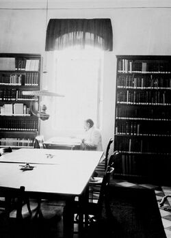 GDIs01254; Fotoalbum; In der Bibliothek Holdermann [Palästinainstitut, Jerusalem], Album Gustaf Dalman, 1903-05, Blatt 26 Vorderseite (GDIs01250) oben Mitte