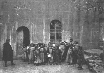 GDIs01305; Fotoalbum; Eberhard. Arab.-protest. Schulklass in es-salt., Album Gustaf Dalman, 1905, Blatt 36 Vorderseite (GDIs01302) oben rechts
