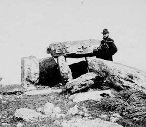 GDIs01359; Fotoalbum; 27. März 1905. Dolmen bei Kefr juba [?]. Fenner, Album Gustaf Dalman, 1905, Blatt 45 Vorderseite (GDIs01357) oben Mitte
