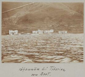GDIs01381; Fotoalbum; el-hammam bei Tiberias vom Boot., Album Gustaf Dalman, 1905. Blatt 48 Vorderseite (GDIs01378) oben Mitte