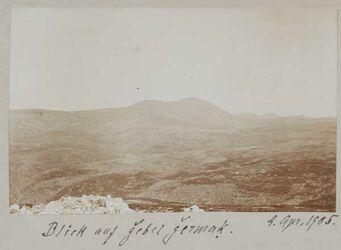 Fotoalbum 4. April 1905. Blick auf gebel [djebel, dschebel] germak [dschermak, djermak]. [Gebel germaq (Hochfläche/Gebirge)]