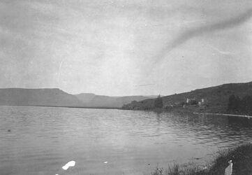 GDIs01461; Fotoalbum; Blick auf wadi hamam, karn hattin [Berg der Seligpreisungen], und das deutsche Hospiz in et-tabra., Album Gustaf Dalman, 1905, Blatt 60 Vorderseite (GDIs01459) oben Mitte