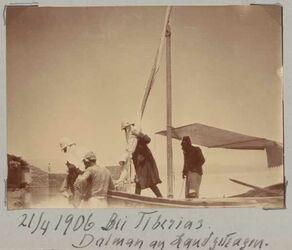 Fotoalbum 21/4 1906 Bei Tiberias. Dalman an Land getragen.