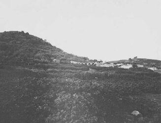 GDIs01475; Fotoalbum; hattin [Berg der Seligpreisungen] und el-muntar v. O. vom Lagerplatz., Album Gustaf Dalman, 1905-06, Blatt 1 Vorderseite (GDIs01471) unten links