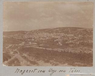 GDIs01485; Fotoalbum; Nazaret vom Wege vom Tabor., Album Gustaf Dalman, 1905-06, Blatt 3a Vorderseite (GDIs01483) oben links