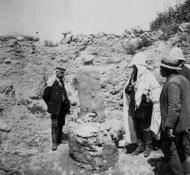 GDIs01495; Fotoalbum; Mazzebe auf tell el-muteselim [Megiddo]. Eberhard, Dalman., Album Gustaf Dalman, 1905-06 Blatt 3b Vorderseite (GDIs01489) unten rechts
