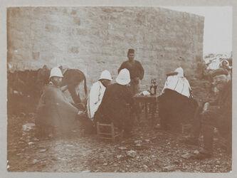 Fotoalbum [Beim chan in el-bire [el bire]. Schwöbel, Dalman, Volz, Chalil, Eberhard, Eckehardt [Richard Eckardt?] Riedel]