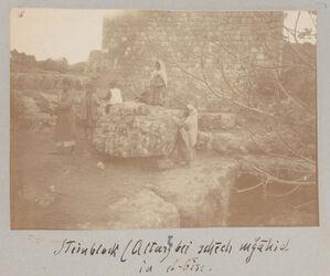 Fotoalbum Steinblock (Altar?) bei schech mgahid in el-bire [el bire].