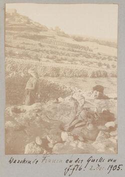 Fotoalbum Waschende Frauen an der Quelle von eg-gib [edschdschib, edjdjib]. 2. Dec. 1905.