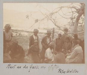 Fotoalbum Rast an der Quelle von eg-gib [edschdschib, edjdjib]. Pater Molitor [als Fotograf?].