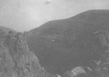 GDIs01632; Fotoalbum; el-hute im wadi es-swenit [Nachal Michmas]., Album Gustaf Dalman, 1905-06, Blatt 24 Vorderseite (GDIs01624) oben rechts