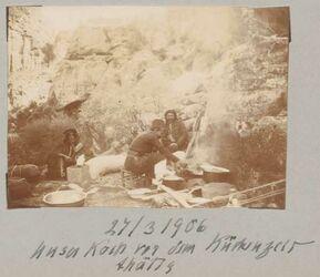 Fotoalbum 27/3 1906 Unser Koch vor dem Küchenzelt thätig [Petra]