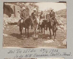 GDIs01699; Fotoalbum; Bei 'en selun 28/4 1906 In der Mitte Baumann, Chalil, r. Thomä., Album Gustaf Dalman, 1906-10, Blatt 7 Vorderseite (GDIs01698) oben