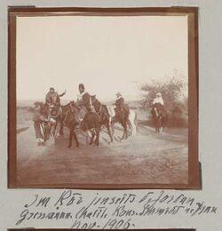 Fotoalbum Im Ror jenseits d. Jordan. Gressmann [Greßmann], Chalil, Konsul Schmidt u. Frau Nov. 1906.