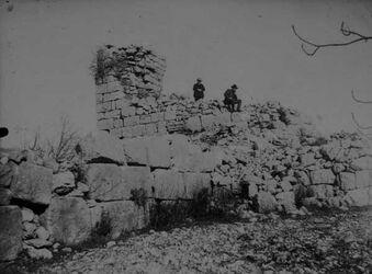 GDIs01719; Fotoalbum; Burg betin [Bethel] 3/2 1907 Appel, Böhmer, Album Gustaf Dalman, 1906-10, Blatt 12 Vorderseite (GDIs01717) oben rechts