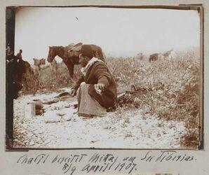 Fotoalbum Chalil bereitet Mittag am See Tiberias [Genezareth (See)]. 8/9 April 1907.