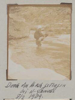 Fotoalbum durch den Bach getragen bei el-fanwar 8/2 1904.