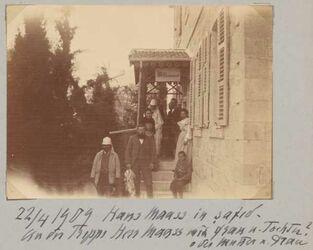 Fotoalbum 22/4 1906 Hans Maass in Safed. An der Treppe Herr Maass mit Frau u. Tochter? oder Mutter u. Frau