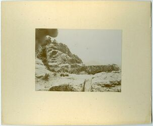 Fotografie im Hintergrund Berg v. nmer [?] [wohl Petra]