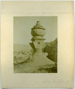 """Fotografie Altar von """"Deir"""". Ohne die Schrift [Petra]"""
