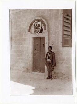 """Fotografie """"Äthiop. Str. 5 [Jerusalem]. vor dem 1.Weltkrieg Sitz des Instituts + Dalmans Wohnung [Der Kawass an der Haustür. Ejjub]"""