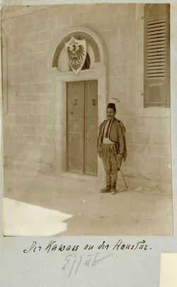 Fotografie Der Kawass an der Haustür. Ejjub [Jerusalem, Palästinainstitut]