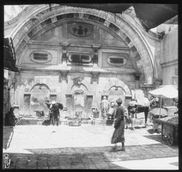 Glasplattendia Brunnen in Jaffa bei Moschee