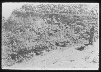 Glasplattendia Tell en-nasbe, Gewaschsner Boden und Dicke der Schüttschicht im Norden der Ortsanlage