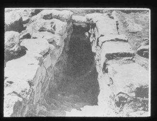 Glasplattendia Tell en-nasbe, Gestufter Eingang zu Grab u. Zisterne