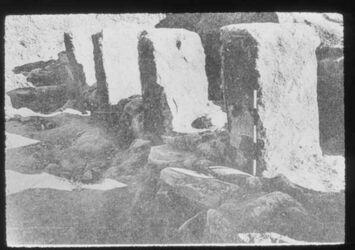 Glasplattendia Tell en-nasbe, Monolith. Pfeilerreihe