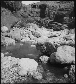 Glasplattendia el-fanwar oberhalb der Quelle